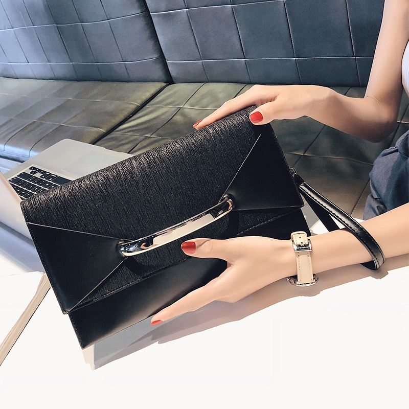 BTH2332 JKT IDR.82.000 MATERIAL PU SIZE L28.5XH16XW4CM WEIGHT 550GR COLOR BLACK