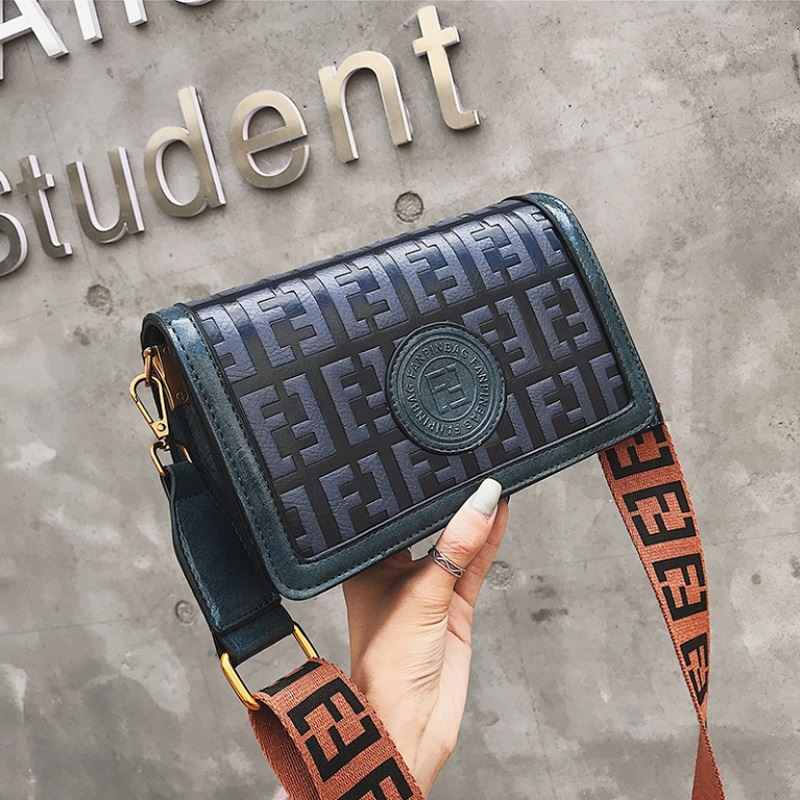 BTH8570 JKT IDR.75.000 MATERIAL PU SIZE L22XH13XW10CM WEIGHT 550GR COLOR BLUE