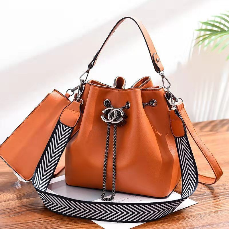 BTH88012 (2IN1) JKT IDR.90.000 MATERIAL PU SIZE L23XH22.5XW14.5CM WEIGHT 850GR COLOR BROWN