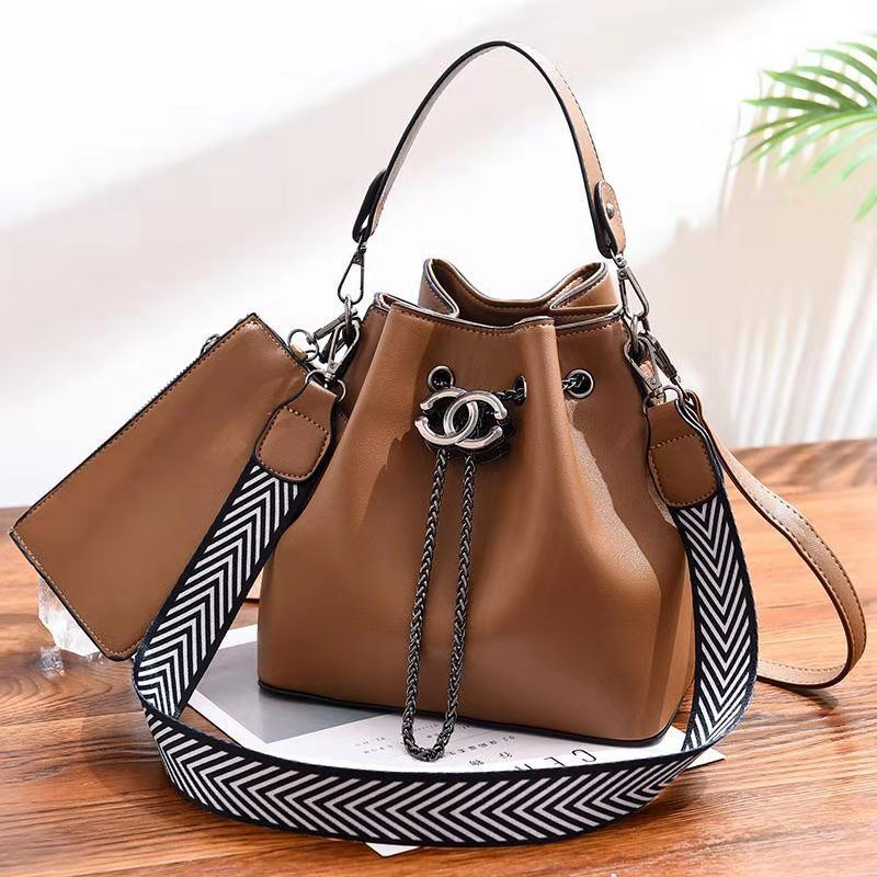 BTH88012 (2IN1) JKT IDR.90.000 MATERIAL PU SIZE L23XH22.5XW14.5CM WEIGHT 850GR COLOR KHAKI