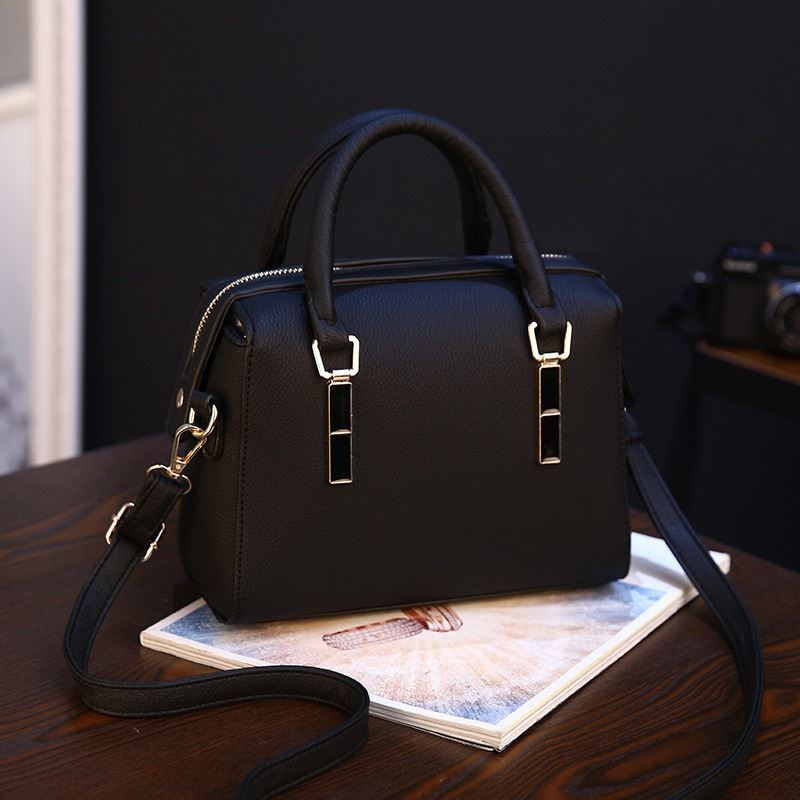 BTH8993 JKT IDR.85.000 MATERIAL PU SIZE L23XH16XW11CM WEIGHT 550GR COLOR BLACK