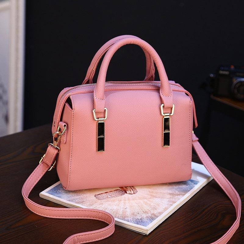 BTH8993 JKT IDR.85.000 MATERIAL PU SIZE L23XH16XW11CM WEIGHT 550GR COLOR PINK