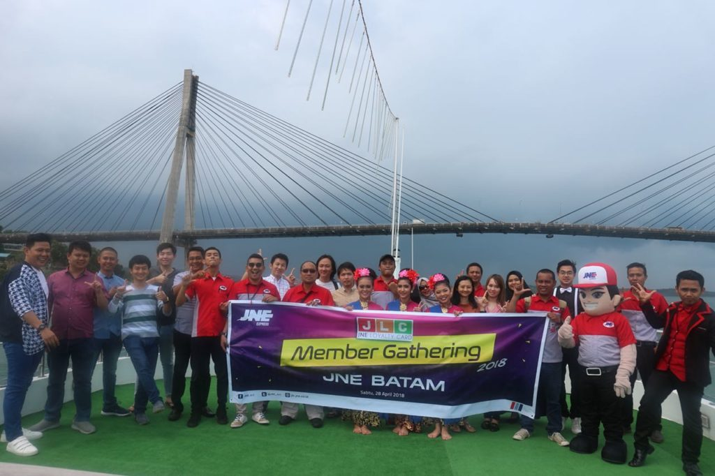 Foto bersama dengan tim JNE Batam & Pusat