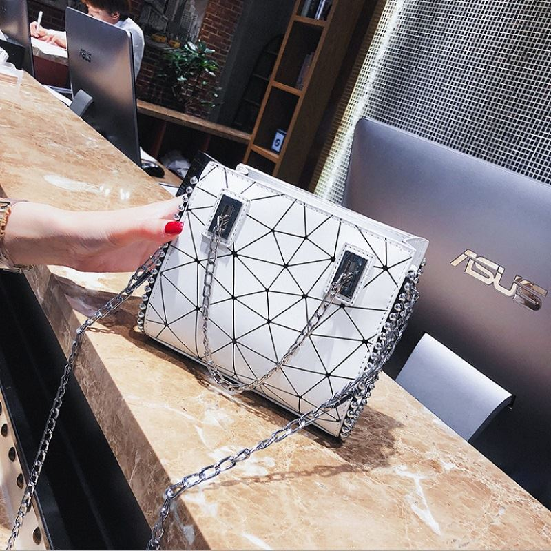 JT01747 IDR.165.000  MATERIAL PU SIZE L19XH16XW6CM WEIGHT 500GR COLOR WHITE