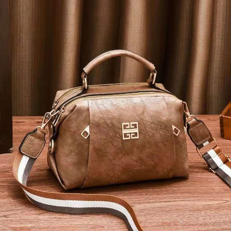 JT09318 IDR.163.000  MATERIAL PU SIZE L25XH18XW13CM WEIGHT 550GR COLOR KHAKI