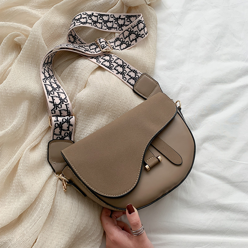 JT1004 IDR.130.000 MATERIAL PU SIZE L21XH16XW6CM WEIGHT 400GR COLOR KHAKI
