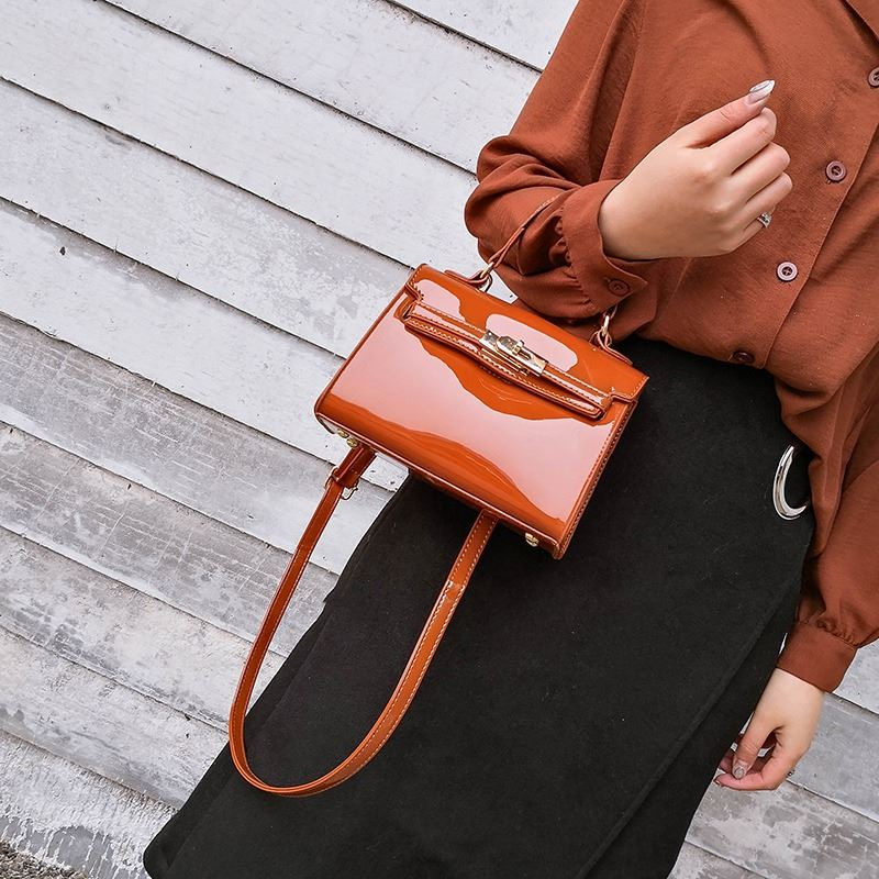 JT1010 IDR.135.000 MATERIAL PU SIZE L20XH15XW7CM WEIGHT 500GR COLOR BROWN