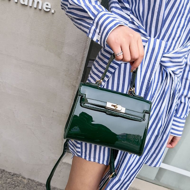 JT1010 IDR.135.000 MATERIAL PU SIZE L20XH15XW7CM WEIGHT 500GR COLOR GREEN