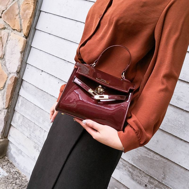 JT1010 IDR.135.000 MATERIAL PU SIZE L20XH15XW7CM WEIGHT 500GR COLOR WINE
