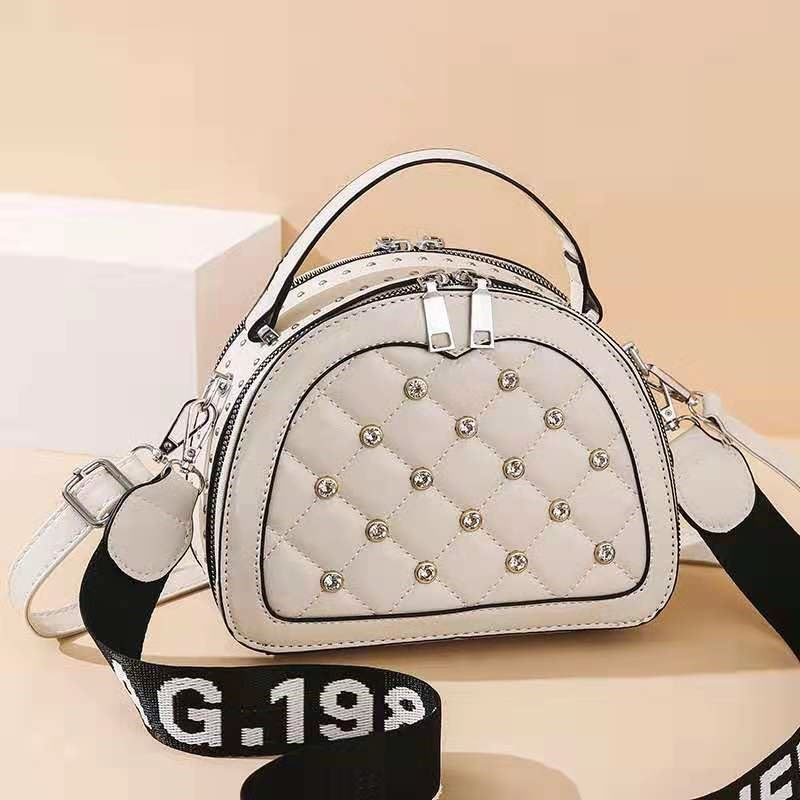 JT120312 IDR.173.000 MATERIAL PU SIZE L23XH18XW8CM WEIGHT 500GR COLOR BEIGE