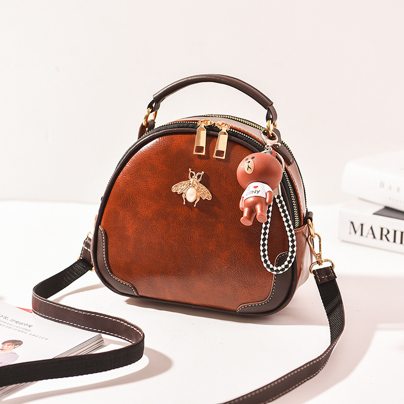 JT12051 IDR.175.000 MATERIAL PU SIZE L22XH17XW9CM WEIGHT 550GR COLOR BROWN
