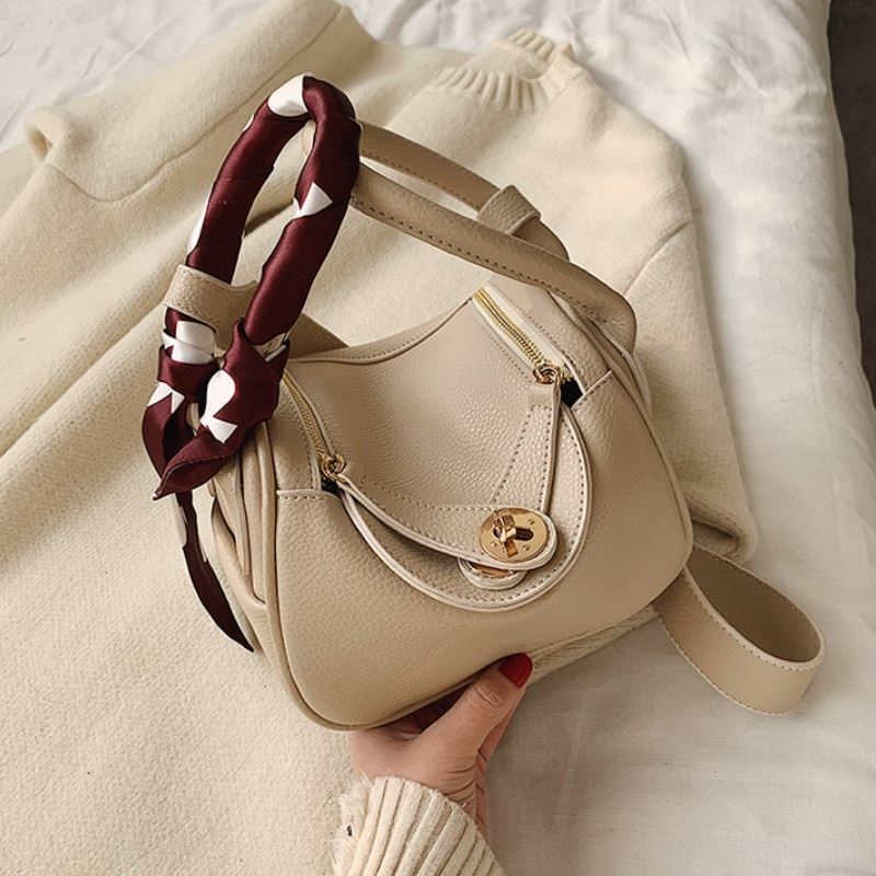 JT13951 IDR.180.000 MATERIAL PU SIZE L19XH15XW12CM WEIGHT 400GR COLOR BEIGE