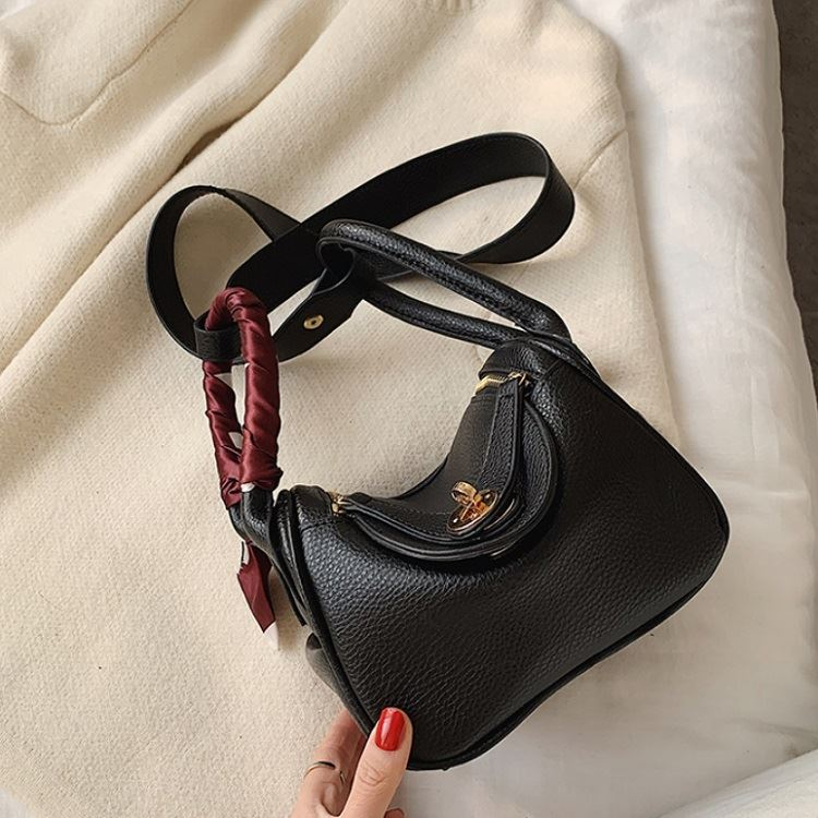 JT13951 IDR.180.000 MATERIAL PU SIZE L19XH15XW12CM WEIGHT 400GR COLOR BLACK