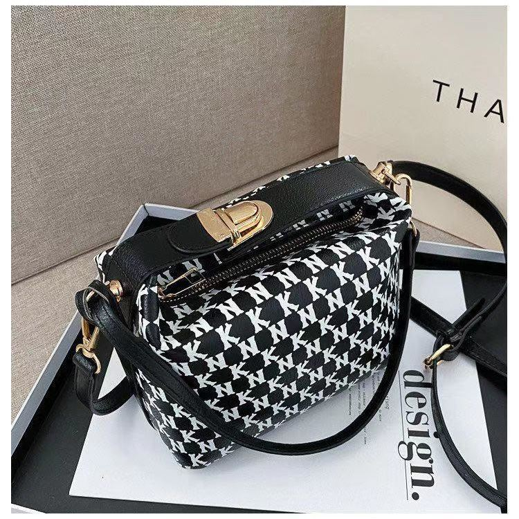 JT14560 IDR.185.000 MATERIAL PU SIZE L19XH10.5XW13CM WEIGHT 650GR COLOR BLACK