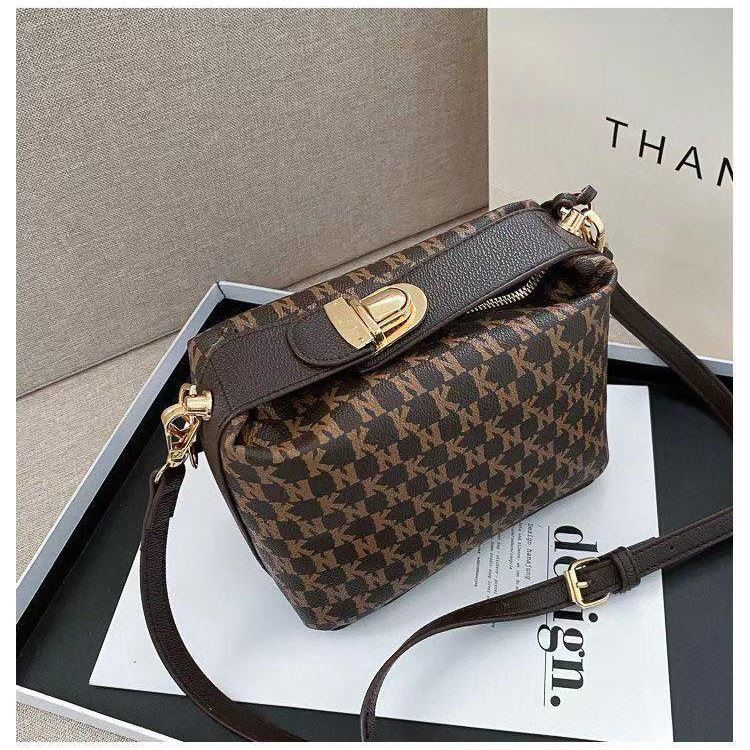 JT14560 IDR.185.000 MATERIAL PU SIZE L19XH10.5XW13CM WEIGHT 650GR COLOR COFFEE