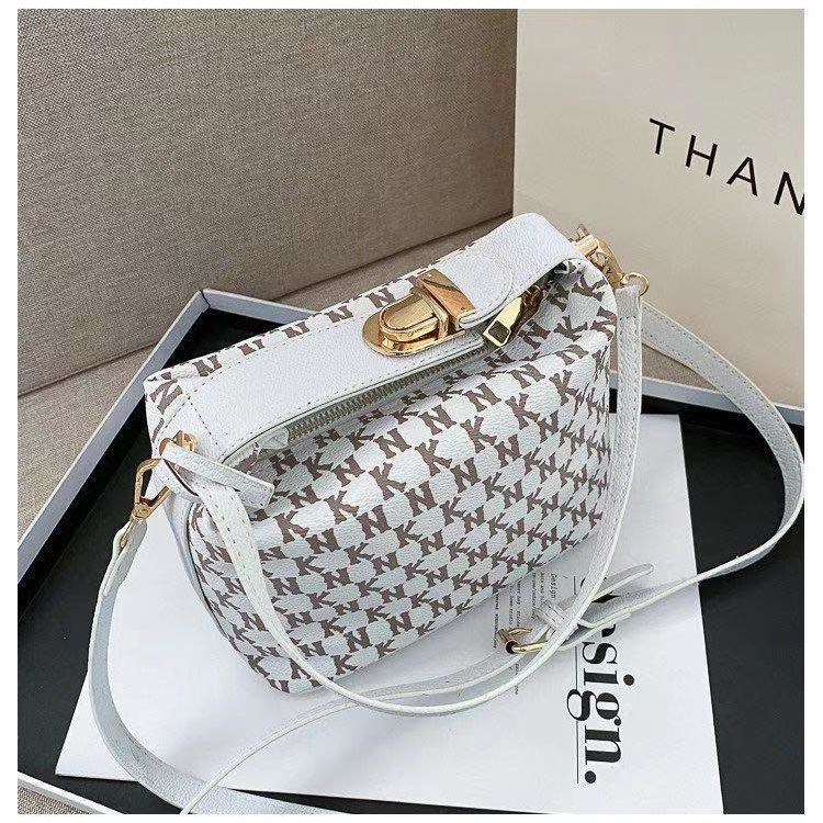JT14560 IDR.185.000 MATERIAL PU SIZE L19XH10.5XW13CM WEIGHT 650GR COLOR WHITE