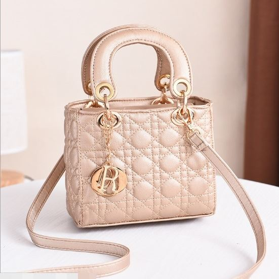 JT18605 IDR.165.000 MATERIAL PU SIZE L18XH15XW10CM WEIGHT 700GR COLOR GOLD