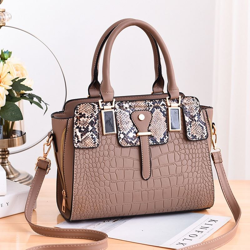 JT20281 IDR.175.000  MATERIAL PU SIZE L28XH22XW13CM WEIGHT 850GR COLOR KHAKI