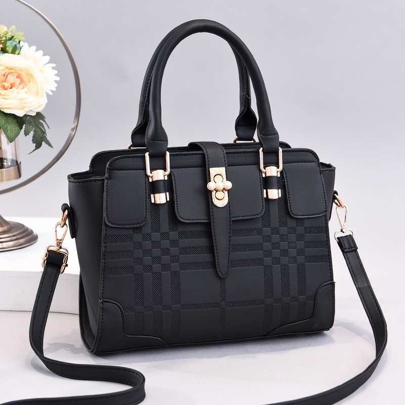 JT20282 IDR.170.000 MATERIAL PU SIZE L27XH22XW9CM WEIGHT 800GR COLOR BLACK