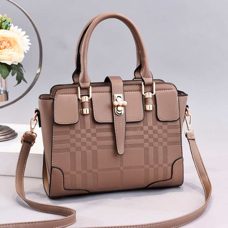 JT20282 IDR.170.000 MATERIAL PU SIZE L27XH22XW9CM WEIGHT 800GR COLOR KHAKI