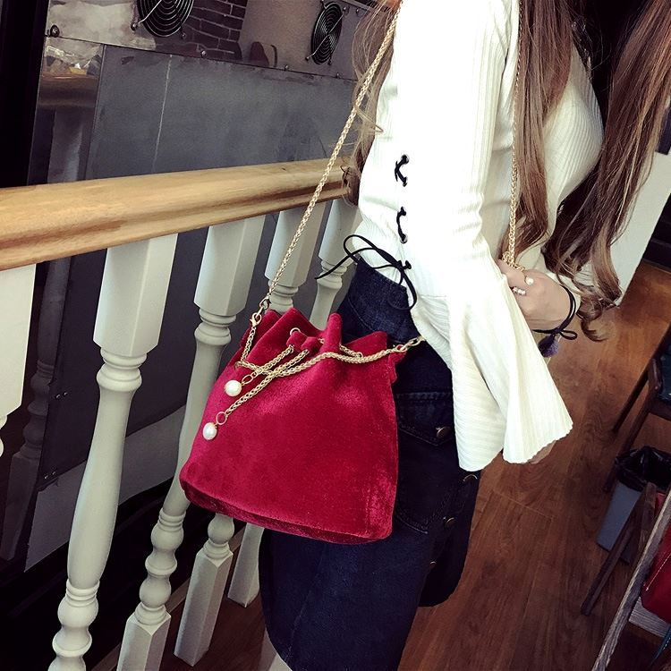 JT208658 IDR.130.000 MATERIAL MAONI SIZE L22XH22XW15CM WEIGHT 400GR COLOR RED