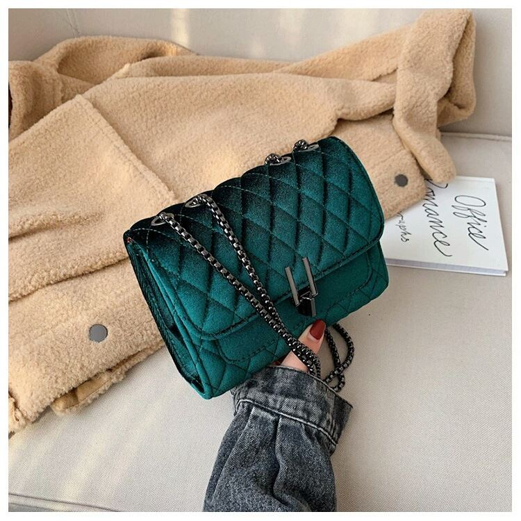JT3947 IDR178.000 MATERIAL VELVET SIZE L20XH15XW7CM WEIGHT 550GR COLOR GREEN