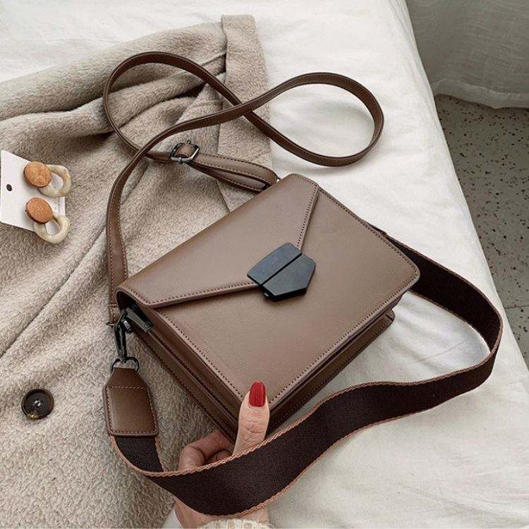 JT5249 IDR.193.000 MATERIAL PU SIZE L20XH17.5XW7.5CM WEIGHT 550GR COLOR KHAKI