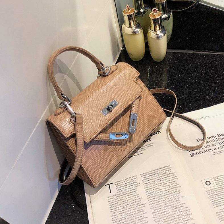 JT54820 IDR.173.000 MATERIAL PU SIZE L20XH15XW8CM WEIGHT 500GR COLOR KHAKI