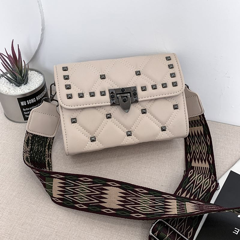 JT7240A IDR.176.000 MATERIAL PU SIZE L22XH15XW8CM WEIGHT 600GR COLOR BEIGE