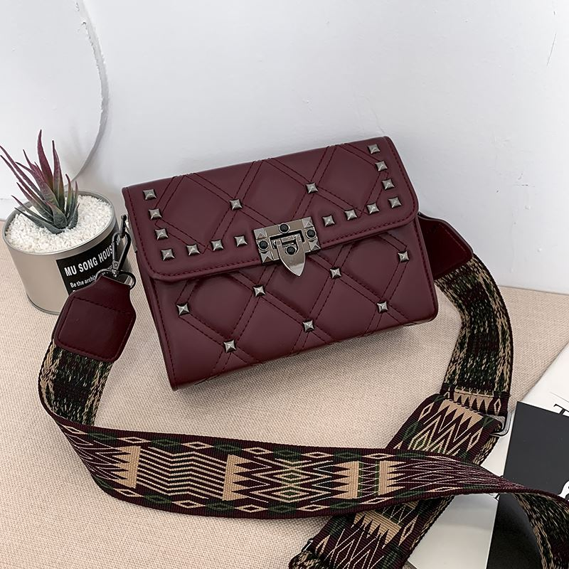 JT7240A IDR.176.000 MATERIAL PU SIZE L22XH15XW8CM WEIGHT 600GR COLOR RED