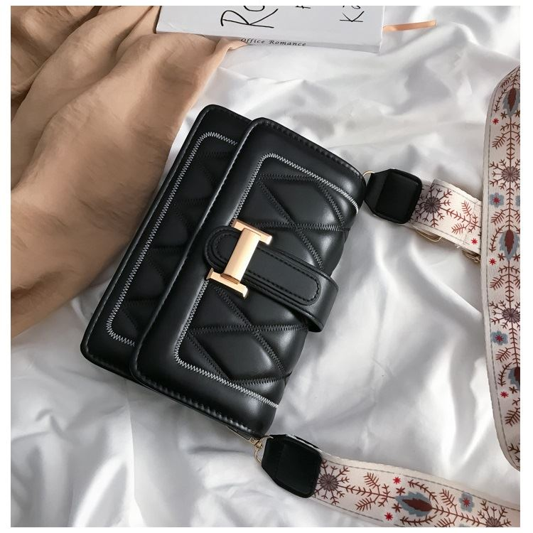 JT7497 IDR.137.000 MATERIAL PU SIZE L20XH14XW7CM WEIGHT 350GR COLOR BLACK