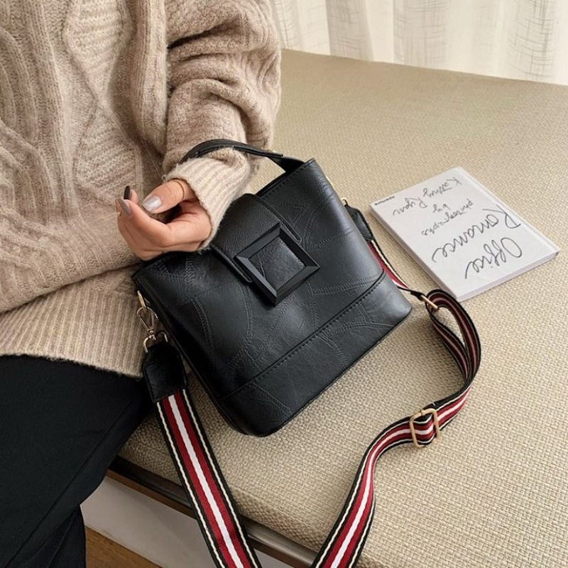 JT8081 IDR.163.000 MATERIAL PU SIZE L21XH18.5XW11.5CM WEIGHT 550GR COLOR BLACK