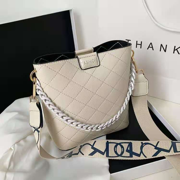 JT8460 IDR.169.000 MATERIAL PU SIZE L21XH20XW9CM WEIGHT 400GR COLOR BEIGE