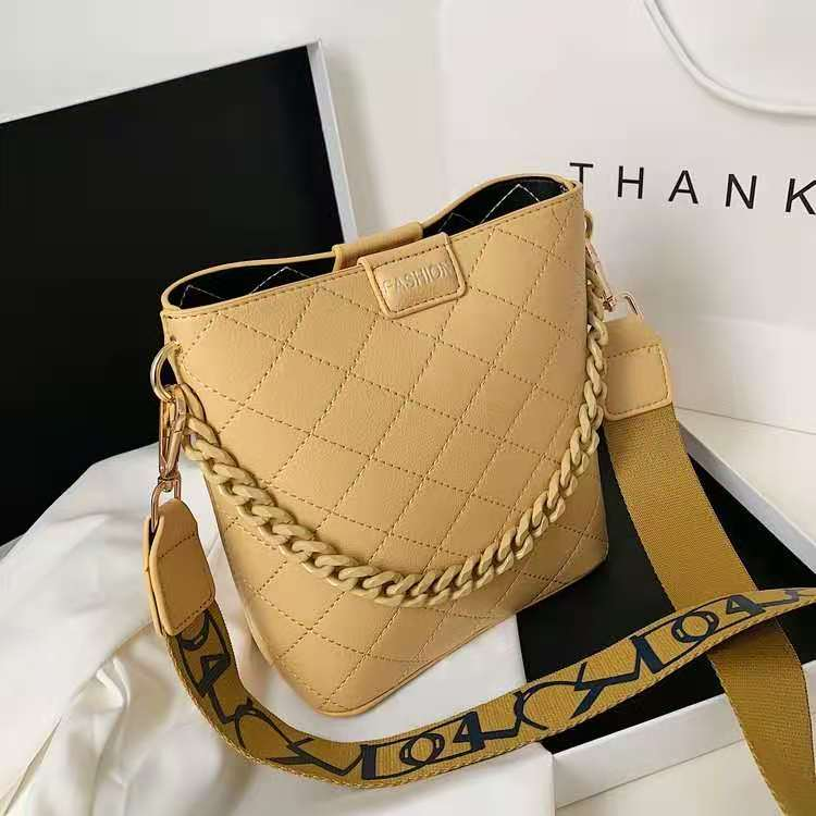 JT8460 IDR.169.000 MATERIAL PU SIZE L21XH20XW9CM WEIGHT 400GR COLOR YELLOW