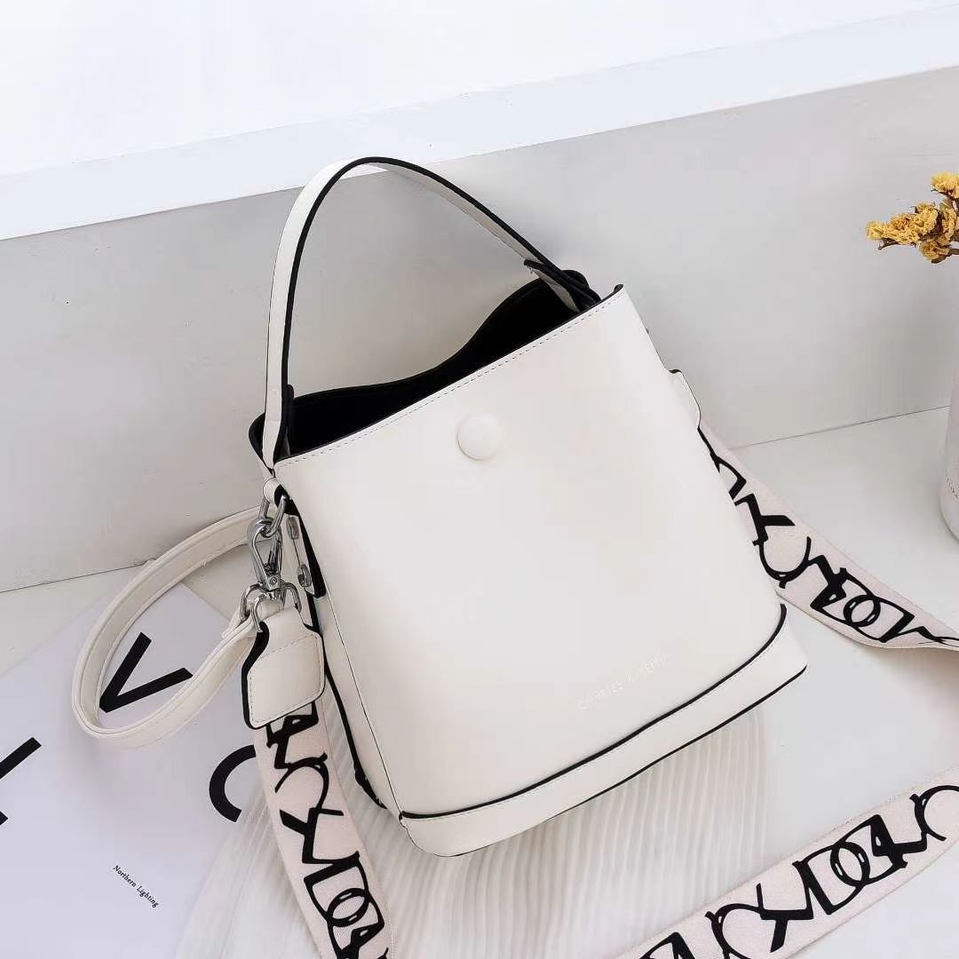 JTF12200 BLACK IDR.95.000 MATERIAL PU SIZE L20XH19XW13CM WEIGHT 700GR COLOR WHITE