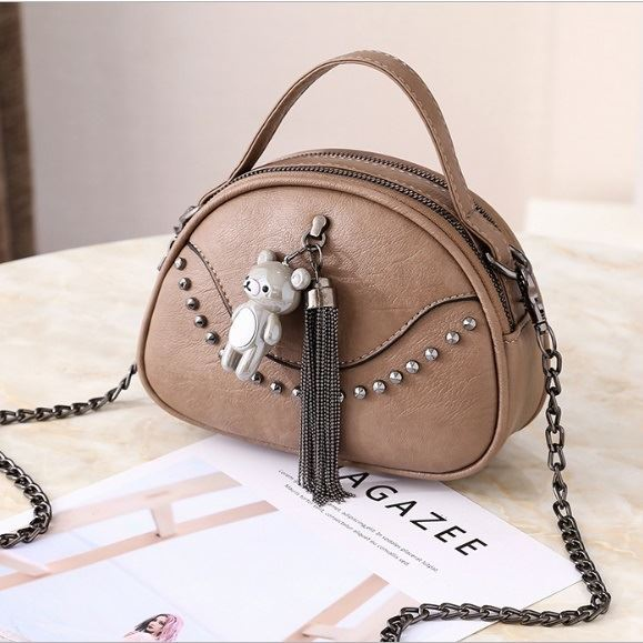 JTF7712 IDR.59.000  MATERIAL PU SIZE L19XH14.5XW7CM WEIGHT 350GR COLOR KHAKI