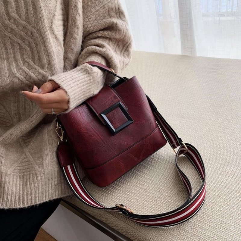 JTF8081 IDR.75.000 MATERIAL PU SIZE L21XH18.5XW11.5CM WEIGHT 550GR COLOR WINE