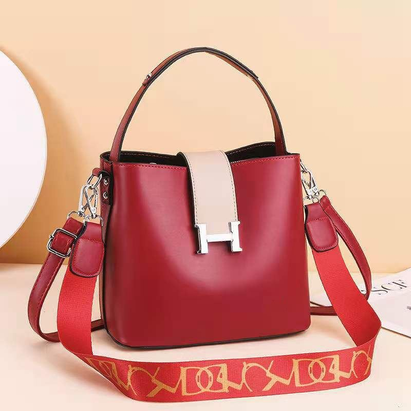 JTF88071A IDR.96.000 MATERIAL PU SIZE L23XH20XW12.5CM WEIGHT 650GR COLOR RED